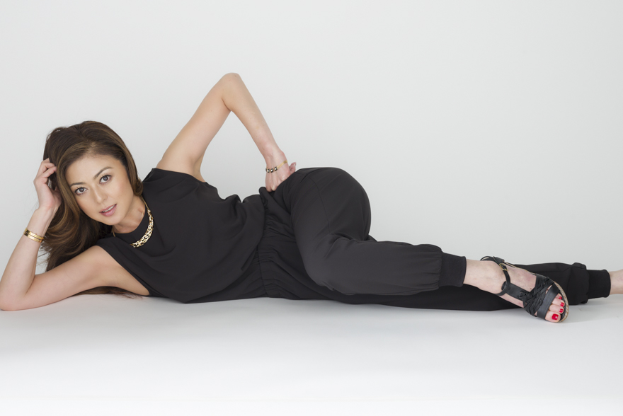 肘をついて寝転がるメリハリボディがわかる武田久美子